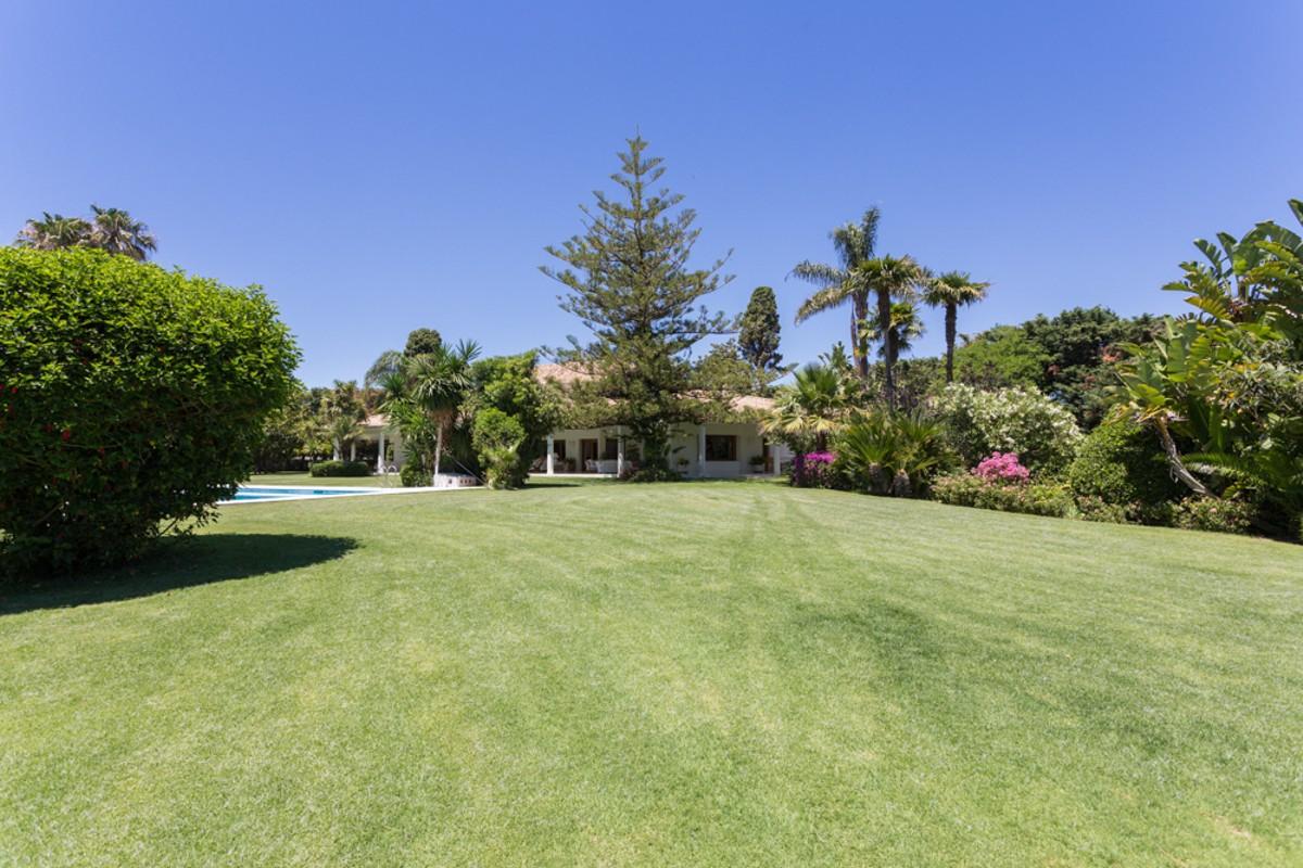 Villa de 8 dormitorios en venta en Guadalmina Baja – R3062641