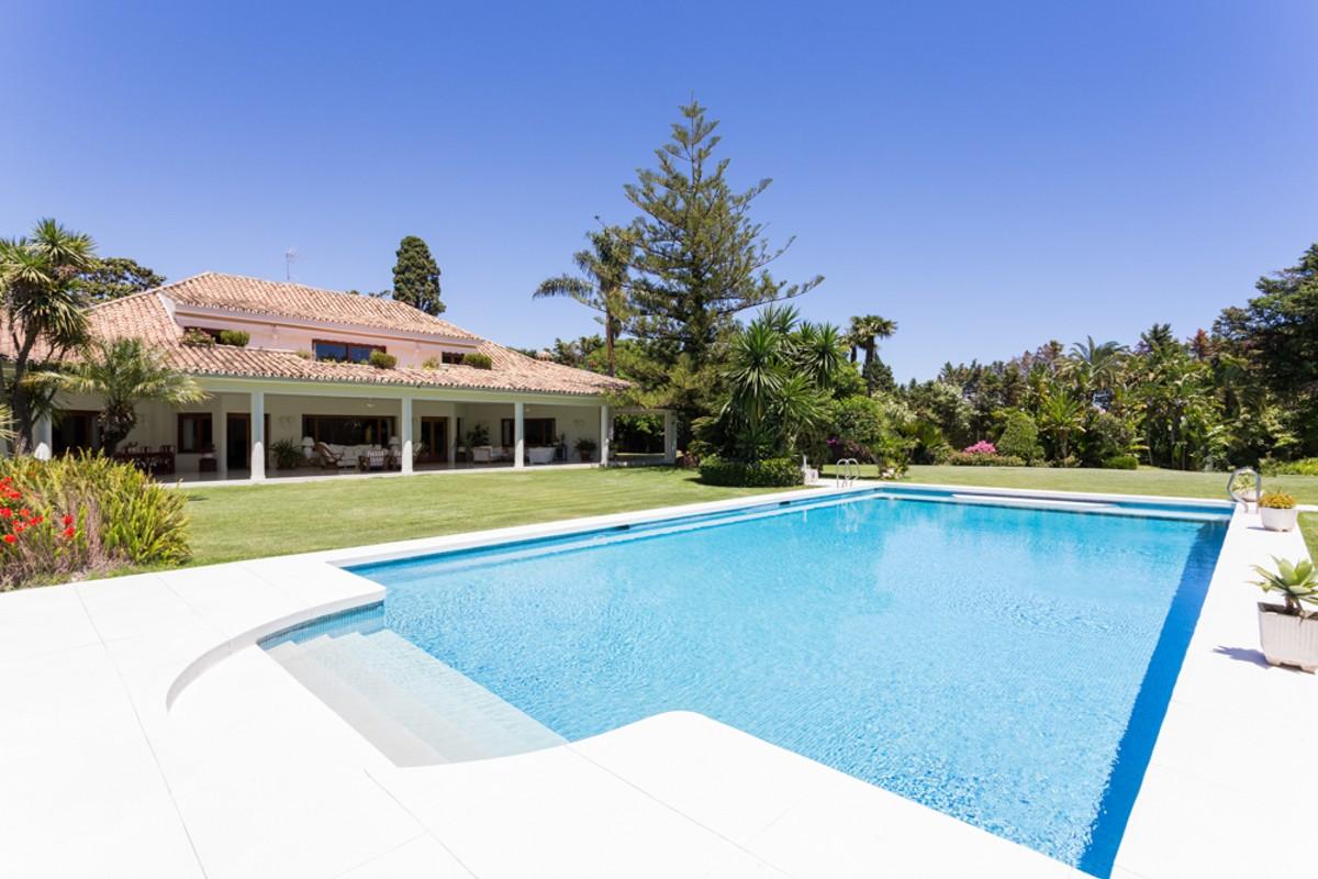 Villa de 8 dormitorios en venta en Guadalmina Baja – R2787647