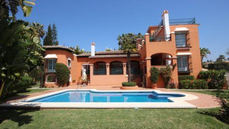 Villa de 4 dormitorios en venta en Bahía de Marbella – R2207891 en