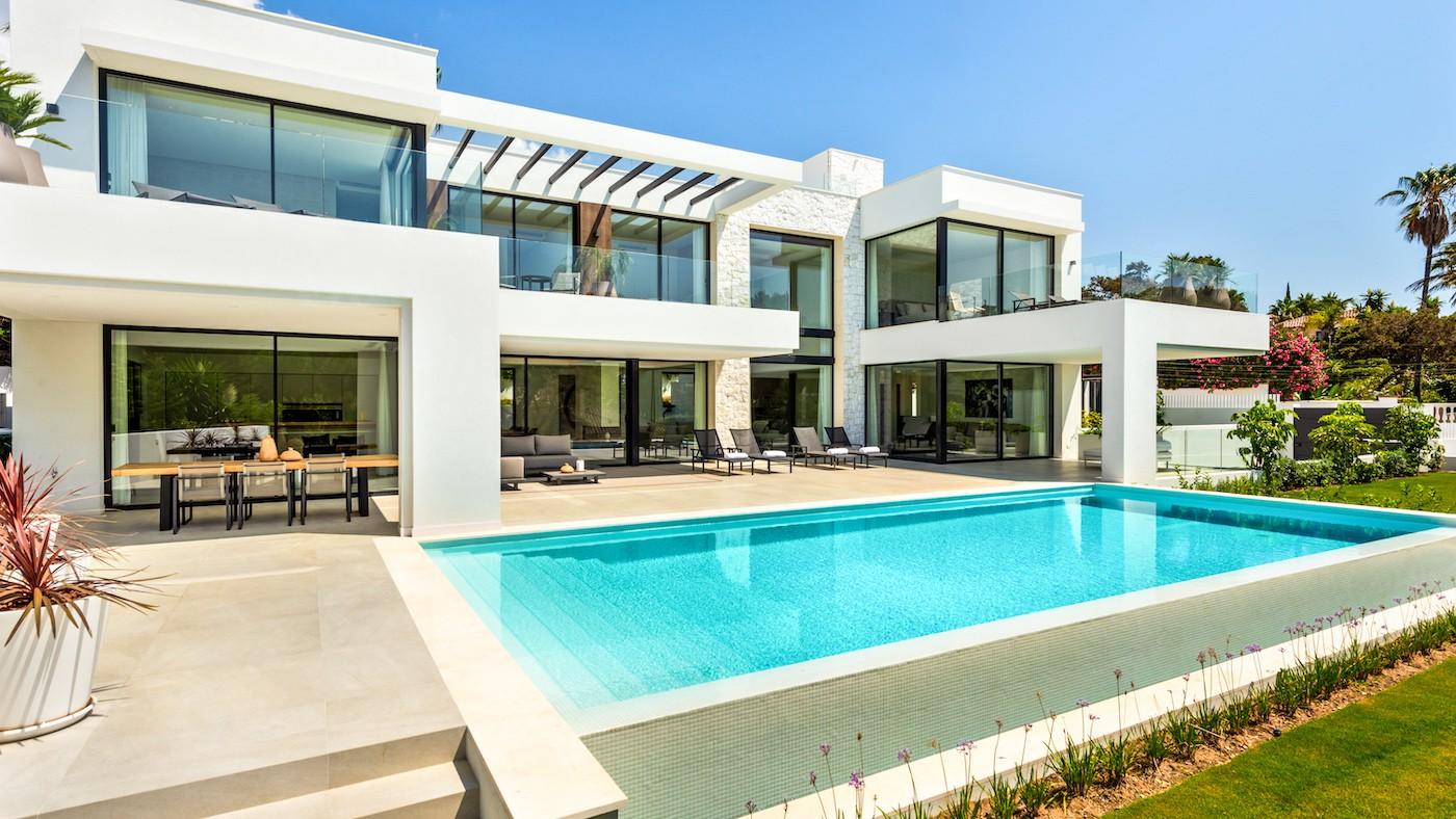 Villa moderna junto a la playa en Marbesa en