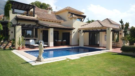 4 bedroom Villa for sale in Sierra Blanca – R2102843