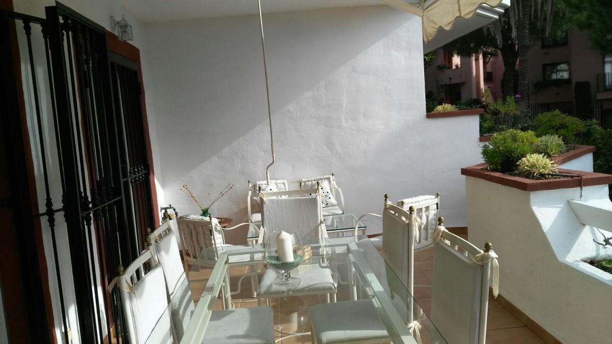 Apartamento de 2 dormitorios en venta en Elviria – R3118456