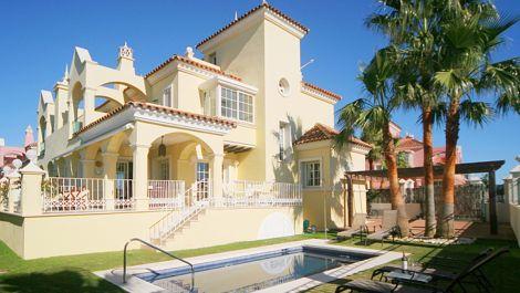 Villa de 4 dormitorios en venta en Puerto Banús – R83131 en