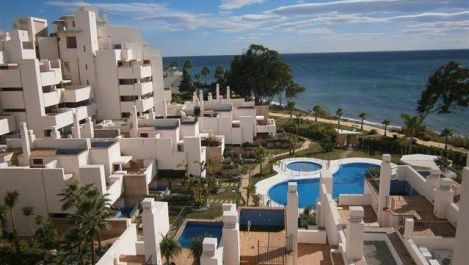 Apartamento de 2 dormitorios en venta en Estepona – R3328414