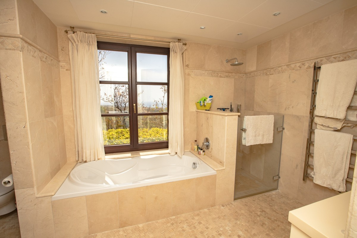 4 bedroom Villa for sale in Altos de los Monteros – R3412759