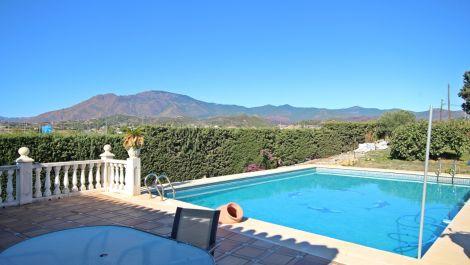 Villa de 3 dormitorios en venta en Estepona – R3542038