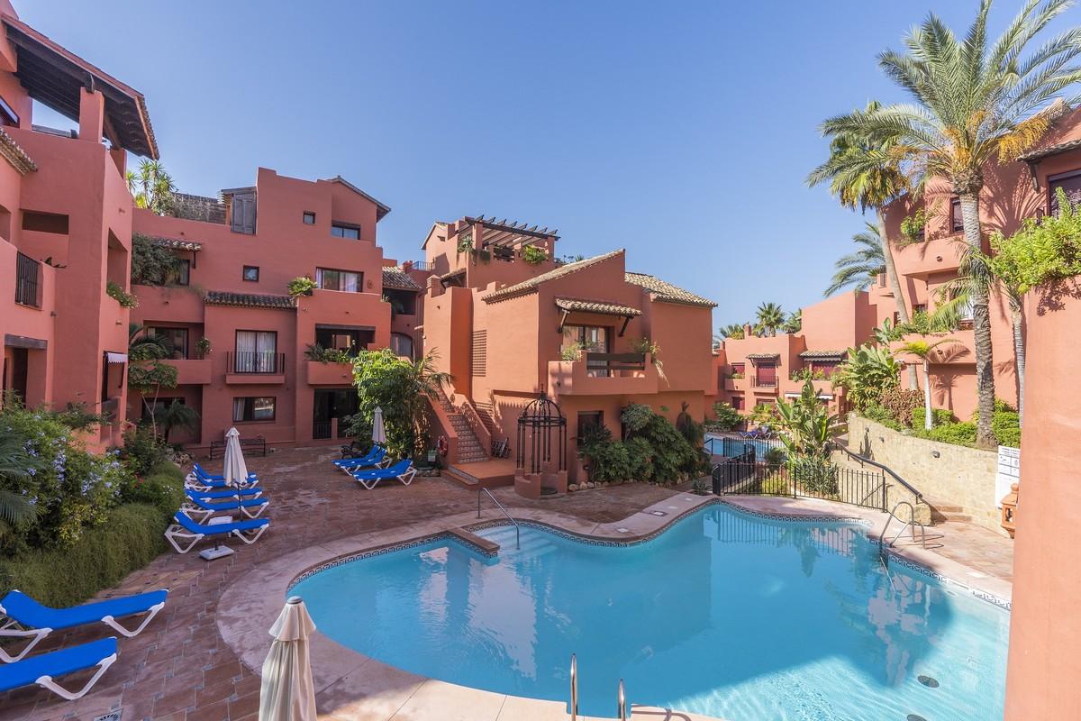 Apartamento de 2 dormitorios en venta en Elviria – R3584209