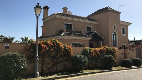 Villa de 5 dormitorios en venta en Marbella – R3596924 en