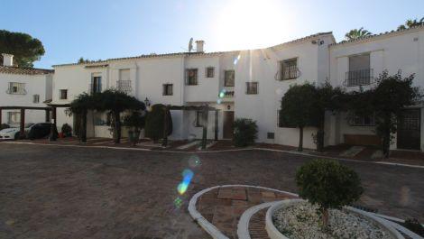 Adosado de 2 dormitorios en venta en Nueva Andalucía – R3606035