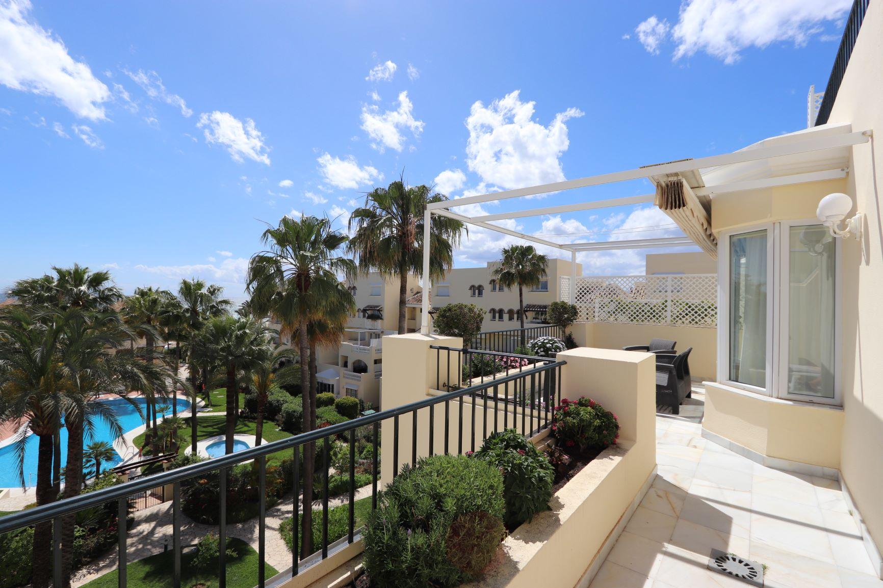 Penthouse for sale in Elviria, Beachfront
