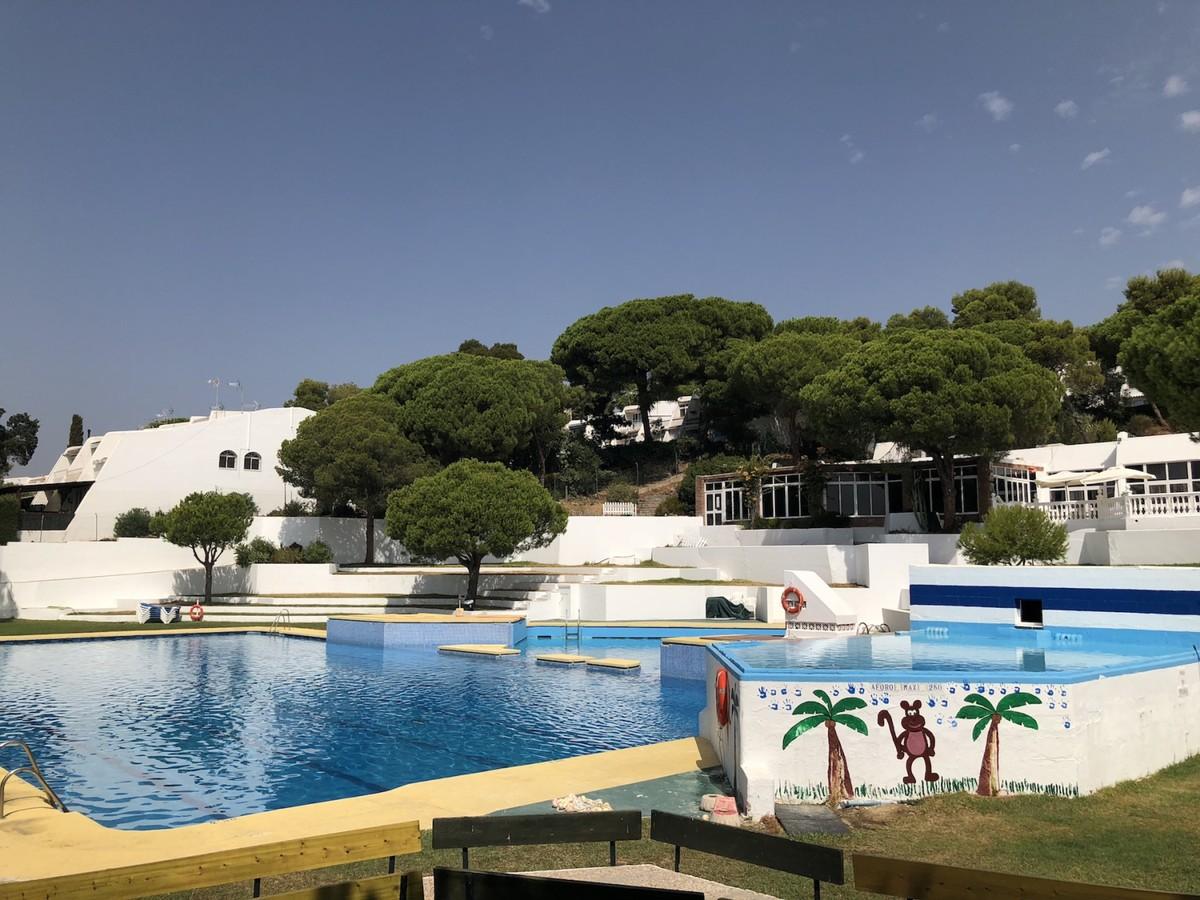 Villa Pareada de 4 dormitorios en venta en Estepona – R3265777
