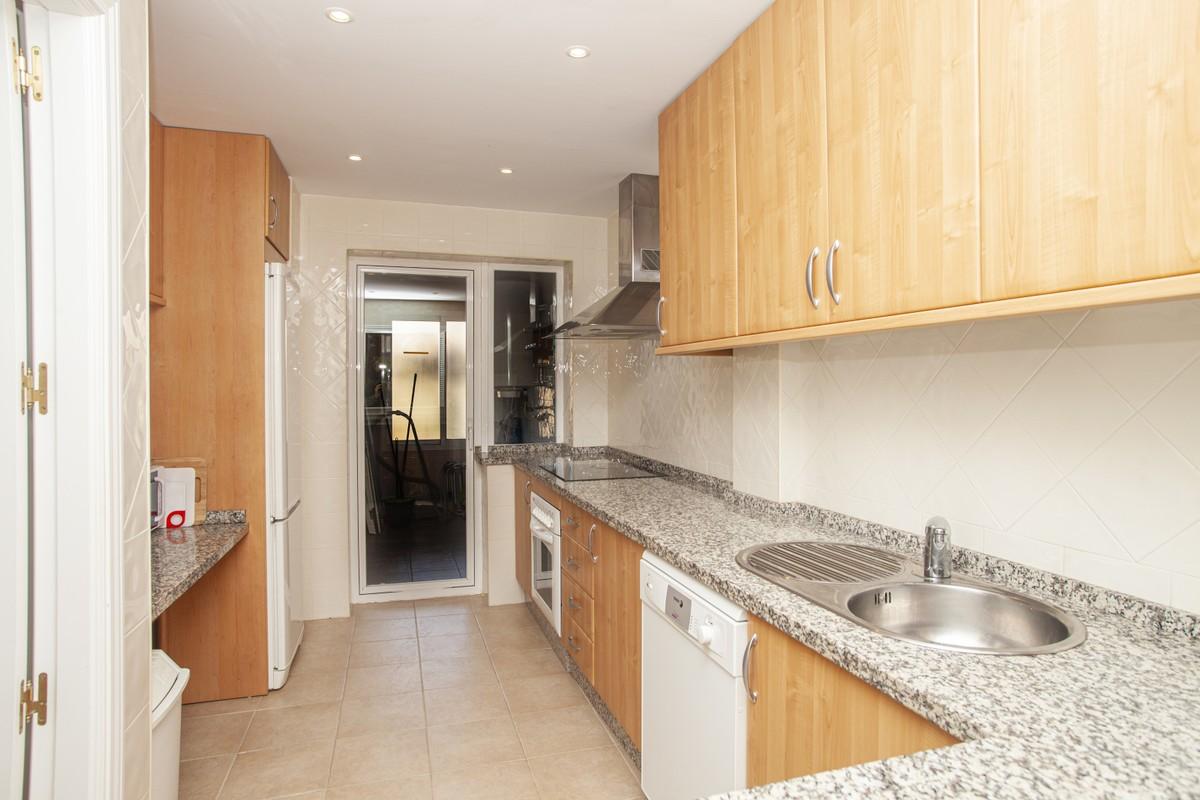 Apartamento de 2 dormitorios en venta en Elviria – R3536179