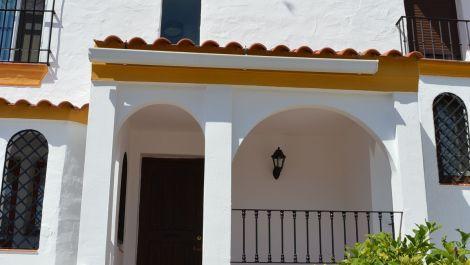 Adosado de 4 dormitorios en venta en Estepona – R3205477