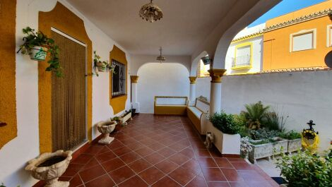 Villa de 5 dormitorios en venta en Estepona – R3668777 en