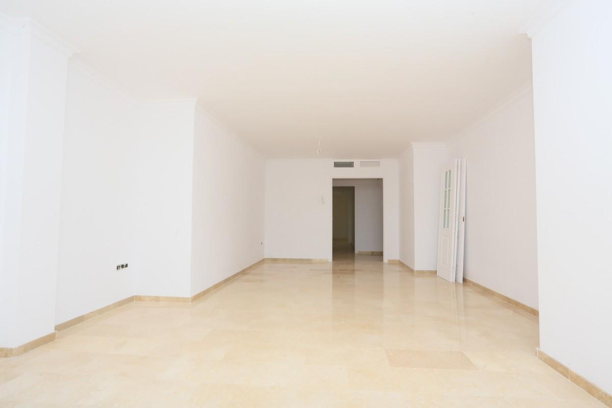 Apartamento de 3 dormitorios en venta en Elviria – R3671105