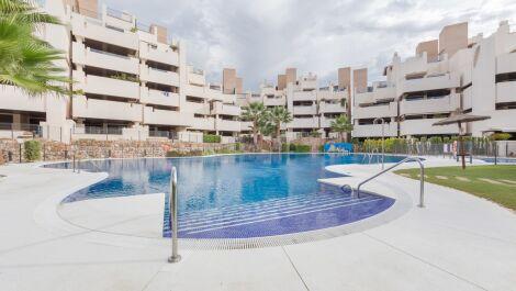 Apartamento de 3 dormitorios en venta en Estepona – R3668831