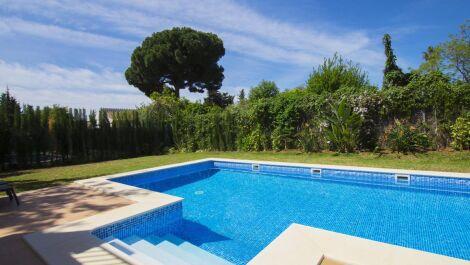 Villa de 5 dormitorios en venta en Elviria – R3644600 en