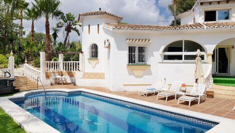 Villa de 4 dormitorios en venta en Elviria – R3693962 en