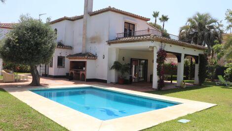 Villa de 4 dormitorios en venta en Marbella – R3676940 en