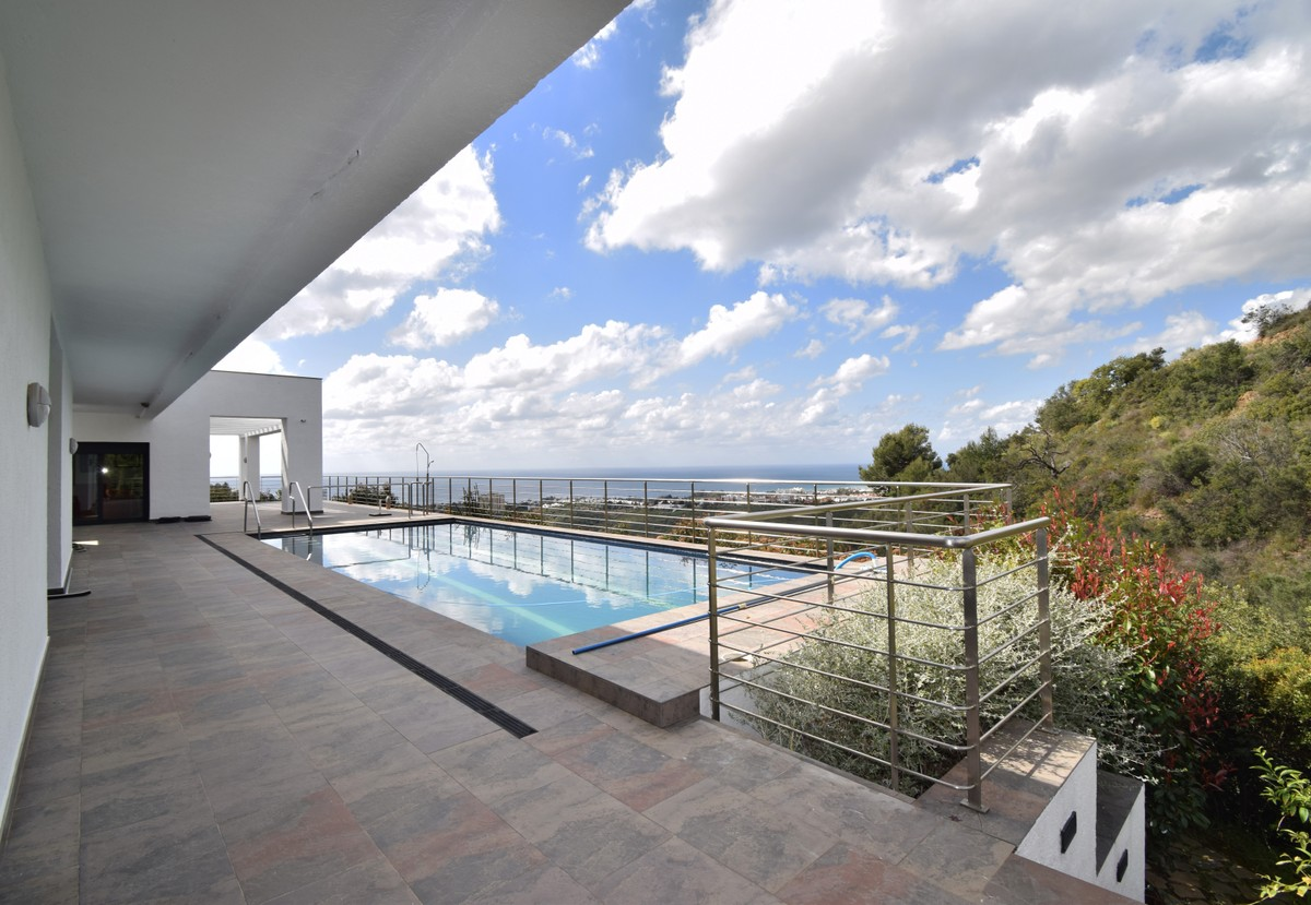 6 bedroom Villa for sale in Altos de los Monteros – R3385039