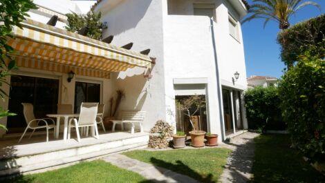 Apartamento de 4 dormitorios en venta en Elviria – R3396886 en