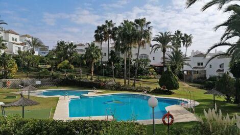 Adosado de 4 dormitorios en venta en Estepona – R3730864
