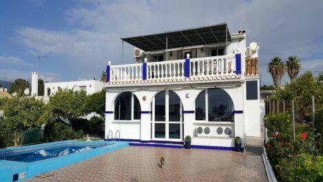 Villa de 5 dormitorios en venta en Estepona – R3302548 en