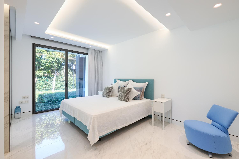 Apartamento de 4 dormitorios en primera linea de playa en Estepona
