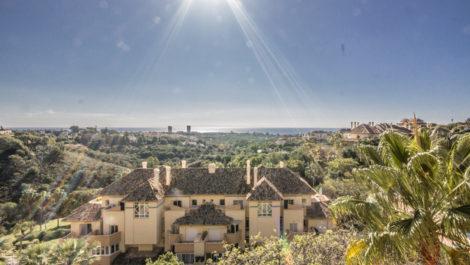 Apartamento de 2 dormitorios con vistas panoramicas al mar en Elviria Hills en Marbella